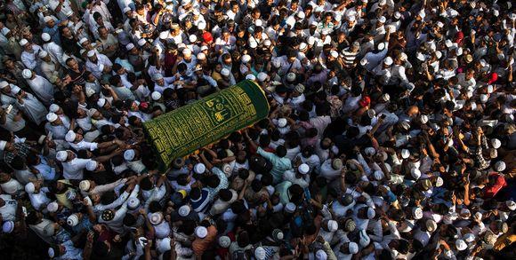 le-mondebirmaniedes-personnes-en-deuil-portent-le-cercueil-de-ko_6fd0315b4150c127cfd7a714dd93fc08