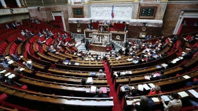 vue-de-l-assemblee-nationale-a-paris_1073512