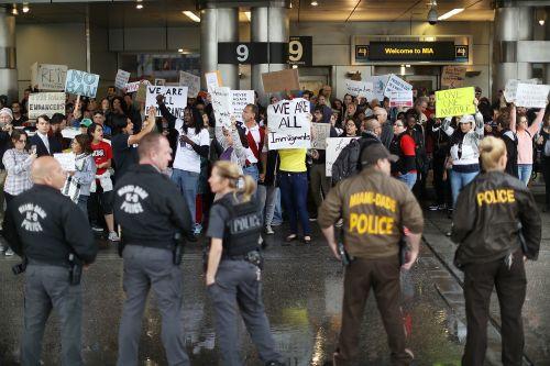 le-monde-manifestants-sont-reunis-a-l-aeroport_e98244d7c88f0a8cd20d7a8450c99eec