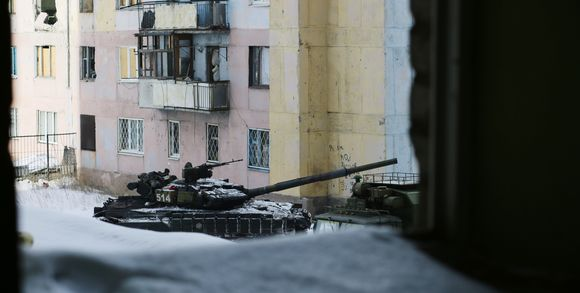 le-monde-ukraine_un-char-dans-la-ville-d-avd-vka-dans-l-est-de-l_fa55ed150f5c607d7d7bfd58aafb0f3a