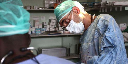 le-monde_le-docteur-tom-catena-opere-une-patiente-pour_0a1c8c789aaea3cb1c4516a85fe99c39
