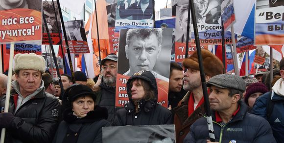 lemonde-28-469913_3_5b3e_des-partisans-de-feu-l-opposant-russe-boris-nemt_10f0738f223c3a7889a9b27a0b67ef73