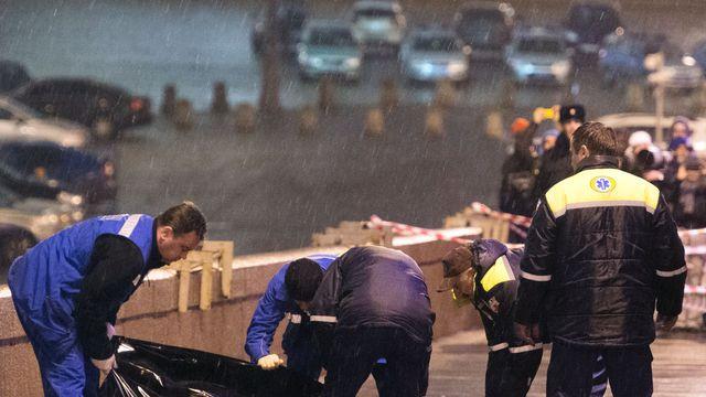 russies-enqueteurs-transportent-le-28-fevrier-2015-le-corps-de-l-opposant-russe-boris-nemstov-apres-son-assassinat-sur-un-pont-a-moscou-pres-du-kremlin_5262903