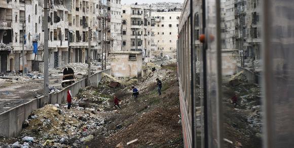 le-monde-damas_des-enfants-syriens-regardent-passer-un-train-da_6e90a2d571597dfbabe8847b6d8819d6